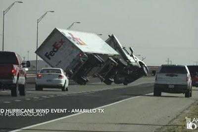 VIDEO: Močan veter v Teksasu prevračal tovornjake, nesreče so posneli na kamero