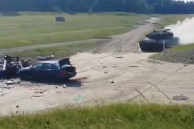 To se zgodi z avtomobilom, če vanj s polno hitrostjo trči tank