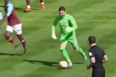 VIDEO: Vratar osmešil igralce! Pretekel je igrišče, nato dosegel zadetek