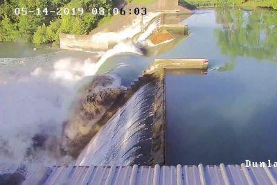 VIDEO: Kamere posnele grozljiv prizor: Tako se je porušil jez na jezeru Dunlap!
