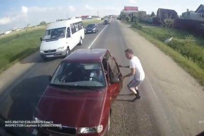 Pijan voznik je zapeljal na njegov pas, voznik tovornjaka mu je dal lekcijo