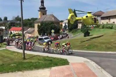 Kolesarji med dirko popadali na tla, kriv je bil veter zaradi helikopterja