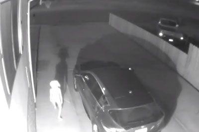 VIDEO: Ne boste verjeli, kaj je ob mraku pred njeno hišo posnela varnostna kamera
