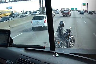 Z motorjem se je ustavila na avtocesti: Poglej si, kaj je storil tovornjakar!