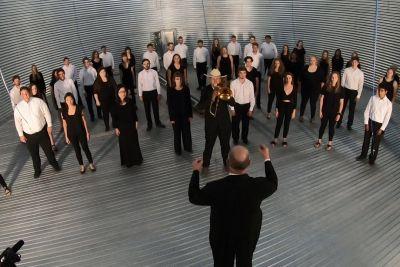 Pevski zbor zapel kar v praznem silosu: Njihov nastop je balzam za dušo!