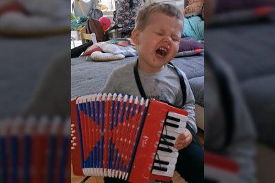 VIDEO: 2-letni sin pevca Modrijanov navdušil: Pokazal je, kako igra na harmoniko!