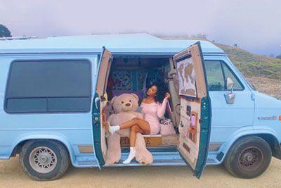 Lepa popotnica pokazala, kako izgleda njen dom: V kombiju živi skupaj s kačo!