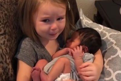 Odziv deklice obkrožil svet: Zajokala je, ko je v naročju prvič pestovala dojenčka!