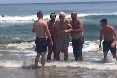 Dedku na plaži uresničili željo: Poglejte si, kaj so zanj storili fantje!