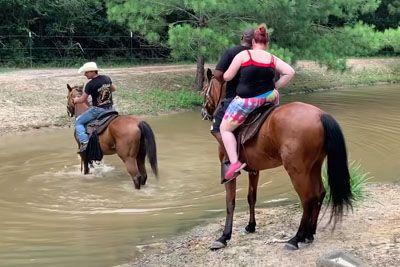 Na konju sta želela prečkati reko, nato je konj imel vsega dovolj