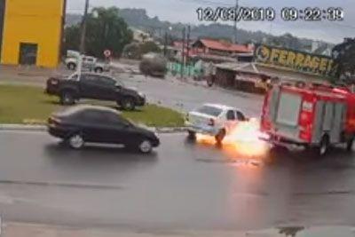 Vozilo eksplodiralo v istem trenutku, ko so mimo peljali gasilci