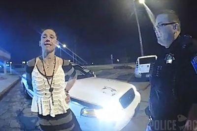 Kamere policistov posnele nemogoče: Ženska jim je ukradla policijsko vozilo!