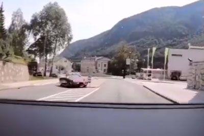 VIDEO: Nesrečo na Jesenicah posnela kamera: Tako je Corvetta trčila v avtošolo!