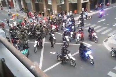 Vojaki stopili na stran ljudstva: Varovali so jih pred nasilnimi policisti!