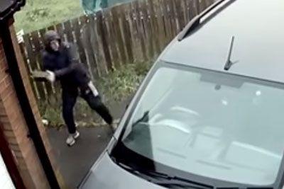 V vozilo invalida je zalučal opeko: Kamera je posnela takojšnjo lekcijo!