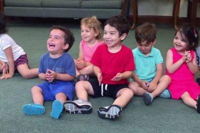 Malček s smehom obkrožil svet: Med pesmico je ukradel vso pozornost!