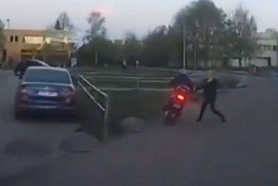 VIDEO: Na skuterju je bežal pred policisti: Na tla ga je spravila kar ženska!
