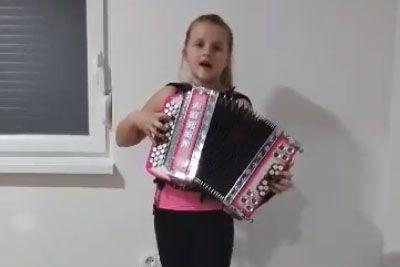 VIDEO: Deklica iz Slovenije obkroža državo: Tako je zapela slovensko pesem!