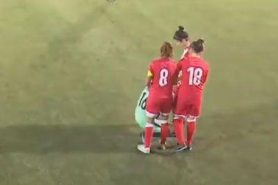 Na igrišču so obkrožile nogometašico s hidžabom: Njihova poteza obkroža svet!