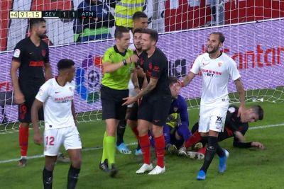 Ne boste verjeli, kaj je storil nogometaš Seville: Poglej, kako je preprečil zadetek!