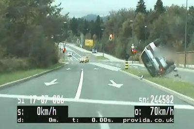 VIDEO: Grozljivka iz Slovenije: Bežal pred policijo, nato se je prevrnil!