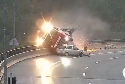 VIDEO: Posnetek nesreče tovornjaka na ljubljanski obvoznici, ki je šokirala Slovenijo