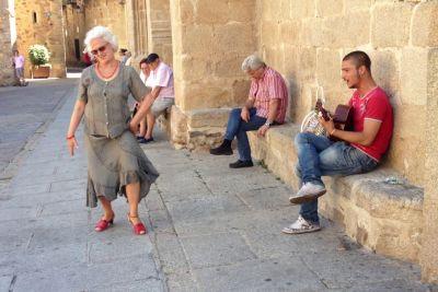 Babica zaplesala in zapela ob uličnem pevcu, njen nastop jemlje sapo