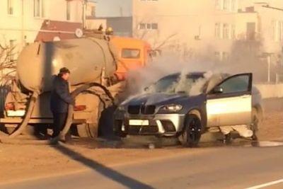 VIDEO: Goreči BMW sta pogasila kar z vsebino iz greznice
