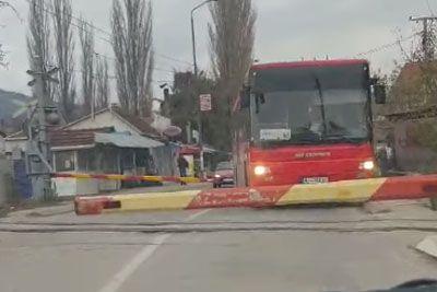 Posnetek, ki je razjezil Srbe: Voznik avtobusa peljal kar mimo zapornic!