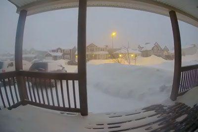 Snežni metež v Kanadi: Tako je sneg v 24 urah prekril hišo!