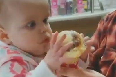 SMEH: Takšna je bila reakcija dojenčka, ko je prvič okusil sladoled!