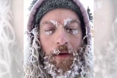 SMEH: Dve uri je stal na mrazu: Tako mu je zmrznila brada!