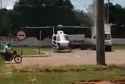 Voznik tovornjaka poskrbel za šok: Zapeljal je naravnost v helikopter!