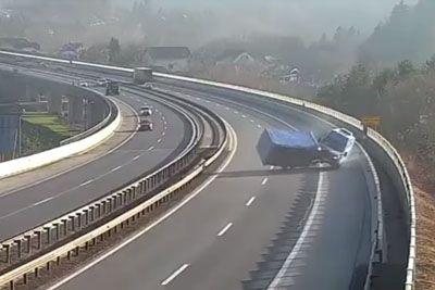 VIDEO: Posnetek z gorenjske avtoceste: Tako se je prevrnil voznik kombija!