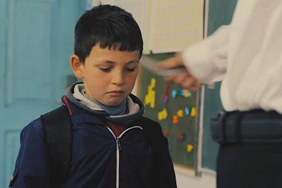 Učitelj je vsak dan kaznoval dečka, ker je zamudil v šolo: Resnica ga je ganila do solz!