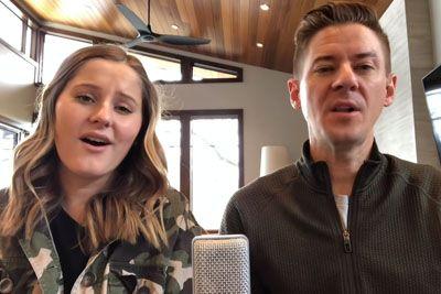 Oče in hčerka zapela pesem