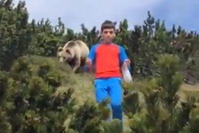 Italijan v Dolomitih snemal sina: Za njegovim hrbtom je lomastil medved!