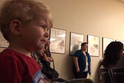 Malček prvič slišal skladbo Beethovna: Njegova reakcija te bo ganila do solz!