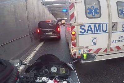 Kaos na avtocesti: Tako je reševalcem na pomoč priskočil motorist!
