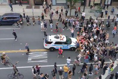 Grozljiv posnetek iz New Yorka: Policisti zapeljali v množico protestnikov!