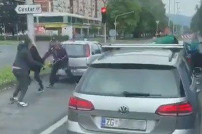 Drama na ulici v Zagrebu: Pretepla sta se kar sredi križišča!