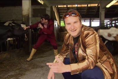 SMEH: Rešitev za slovenske glasbenike: Igrali bodo kravam v hlevih!