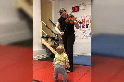 Dojenček je prvič slišal violino: Njegov odziv se te bo dotaknil!