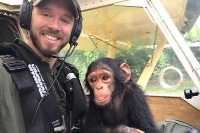 Pilot poletel z mladičkom šimpanza: Razlog te bo ganil do solz!