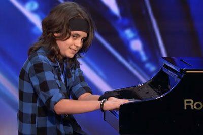 Deček z avtizmom navdušil sodnike: Na klavir je zaigral svojo skladbo!