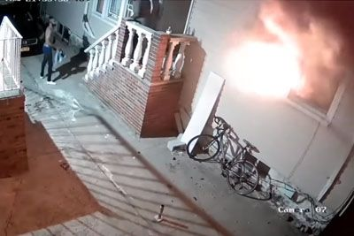 Lastnik s pirotehniko zažgal hišo: Njegov dom je zgorel v celoti!