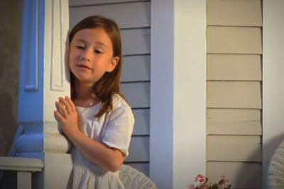 7-letna deklica zapela za pokojno mamo: Njen nastop gane do solz!