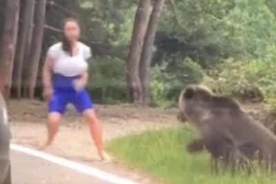 Približala se je medvedu, da bi se z njim fotografirala: Skoraj bi jo napadel!