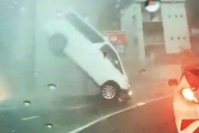 Nesrečni voznik iz Japonske: Takšen šok je doživel med poplavami!