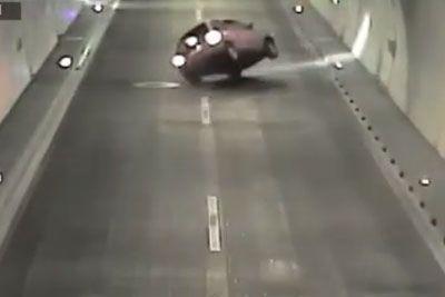 VIDEO: Pijani voznik v predoru Markovec trčil v robnik in pristal na strehi